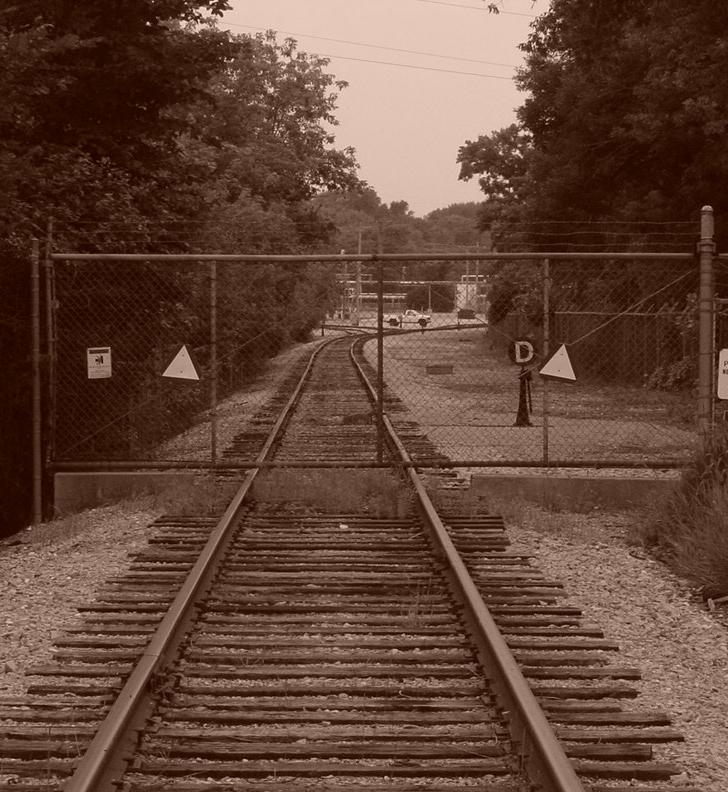 Afbeelding van barrière over een spoorrails bij blog artikel over wat je met edelsteenremedies kunt doen